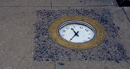 the-story-of-new-yorks-sidewalk-clock-L-oQaWHH